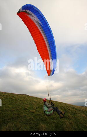 Hope Valley, Derbyshire, UK.  24 Oct 2013.  85-year-old Jack Englert  paraglides across Derbyshire's Hope Valley - Stock Photo