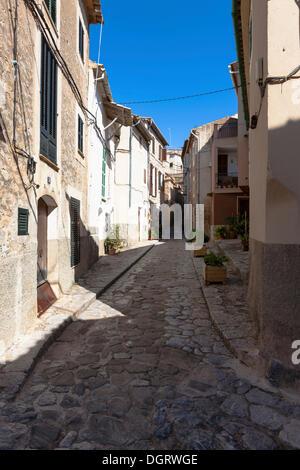 Alleyway in the mountain village of Estellencs, Serra de Tramuntana, Northwestern Coast, Mallorca, Balearic Islands, - Stock Photo