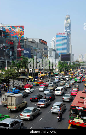 City traffic, cars in the Ratchadamri Road, CentralWorld, Central World Plaza shopping mall and Baiyoke Tower, Pathumwan - Stock Photo