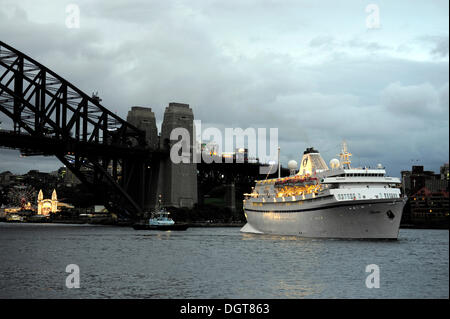 Evening mood, cruise ship in front of the Sydney Harbour Bridge, Kirribilli district, North Sydney, New South Wales, - Stock Photo