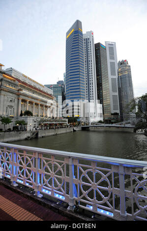 Anderson Bridge over the Singapore River, Fullerton Hotel and skyscrapers of the Financial District at back, Central - Stock Photo