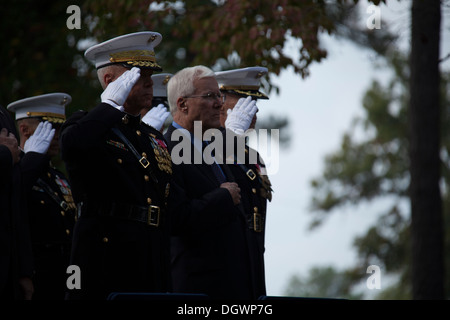 U.S. Marine Corps Gen. James F. Amos, left, 35th commandant of the Marine Corps and retired Col. Tim Geraghty, right, - Stock Photo