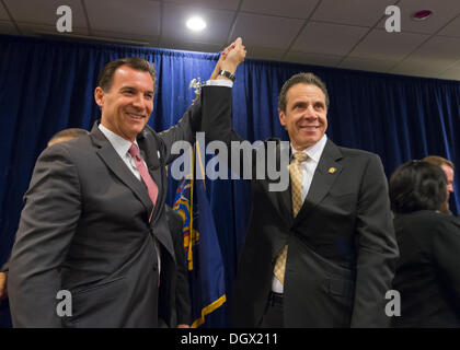 Albertson, New York, U.S. 26th October 2013. R-L, New York Governor ANDREW CUOMO endorses TOM SUOZZI for Nassau - Stock Photo