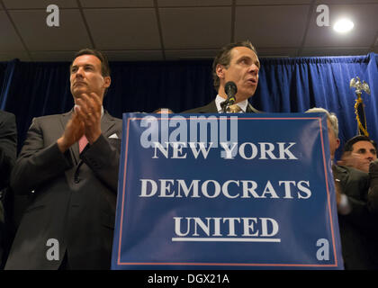 Albertson, New York, U.S. 26th October 2013. New York Governor ANDREW CUOMO, at podium, endorses TOM SUOZZI, left - Stock Photo
