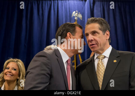 Albertson, New York, U.S. 26th October 2013. R-L, New York Governor ANDREW CUOMO , at right, endorses TOM SUOZZI, - Stock Photo