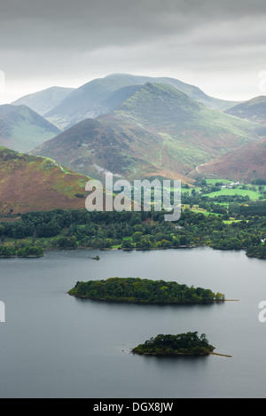 Small islands in Lake Derwentwter (Lake district, Cumbria, England) in front of the mountain fells of Causey Pike - Stock Photo