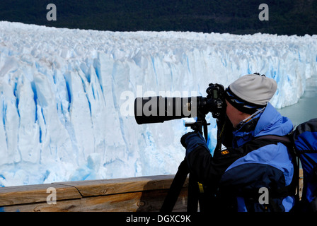 Photographer with a telephoto lens, taking picture of the Perito Moreno Glacier, Patagonia, Argentina, South America - Stock Photo