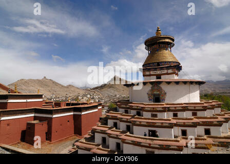 Gyantse Kumbum Temple and Pelkor choede monastery in front of a Tibetan fortress, Tibetan Dzong, of Gyantse with - Stock Photo
