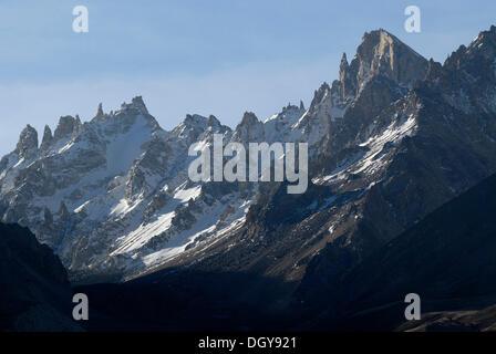 Himalayan main ridge with jagged snow-capped rocks on route from the Taron-la-Pass, Tingri, Nyalam, Tibet, China, - Stock Photo