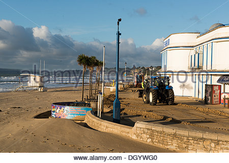Bournemouth, UK, 28th October 2013. Council workers commence clear up operation on Bournemouth beach after St Jude's - Stock Photo