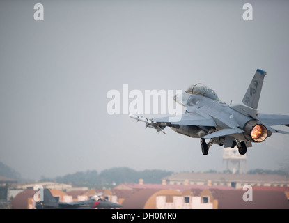 F-16 Fighting Falcon takes off during Max Thunder 13-2 at Kunsan Air Base, Republic of Korea, Oct. 28, 2013. U.S. - Stock Photo