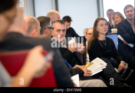 Berlin, Germany. 29th Oct, 2013. The painter Neo Rauch (C) and his wife Rosa Loy (2-R) attend a conference in the - Stock Photo