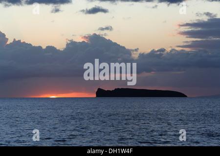 Ahihi Bay at sunset with a view towards the Molokini Crater, Maui, Hawai'i, USA - Stock Photo
