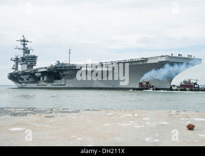 The aircraft carrier USS Theodore Roosevelt (CVN 71) departs Naval Station Norfolk to conduct carrier and strike - Stock Photo