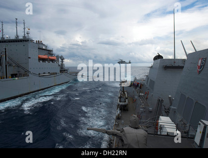 SOUTH CHINA SEA (Oct. 23, 2013) The guided-missile destroyer USS Mustin (DDG 89) conducts a replenishment-at-sea - Stock Photo