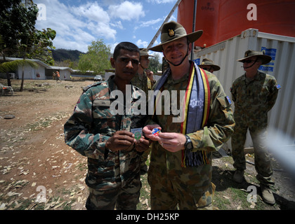 METINARO, Timor-Leste – (Oct. 25, 2013) Australian Defence Force 1st Brigade Commander Brig. Gen. John Frewen exchanges - Stock Photo