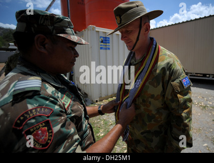 METINARO, Timor-Leste – (Oct. 25, 2013) Australian Defence Force 1st Brigade Commander Brig. Gen. John Frewen receives - Stock Photo