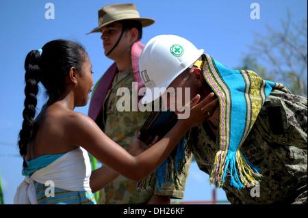 METRINARO, Timor-Leste – (Oct. 28, 2013) U.S. Navy Seabee Navy Lt. Brent Oglesby, the officer-in-charge of Naval - Stock Photo