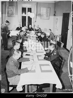 Adm. William Leahy, seated center, at head of table, presides over a meeting of the Joint Chiefs of Staff during - Stock Photo
