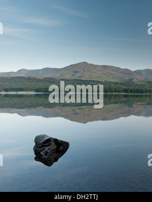Coniston Water in the Lake District, with the iconic 'Old Man of Coniston' mountain in the background. - Stock Photo