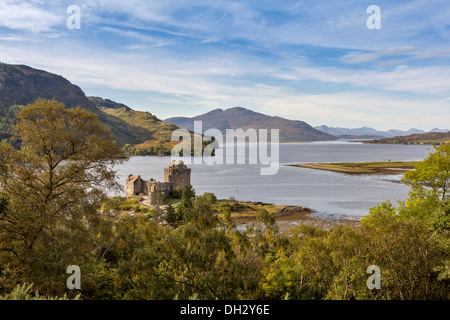 EILEAN DONAN AND LOCH DUICH WITH CUILLIN MOUNTAIN RANGE IN THE DISTANCE WEST COAST HIGHLANDS SCOTLAND - Stock Photo