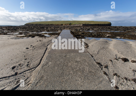 Islands of Orkney, Scotland. The causeway leading from Orkney's mainland to the tidal island Brough of Birsay. - Stock Photo