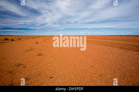 Australian outback landscape - vast barren red treeless plains of Fogarty's claypan near Oodnadatta in northern - Stock Photo