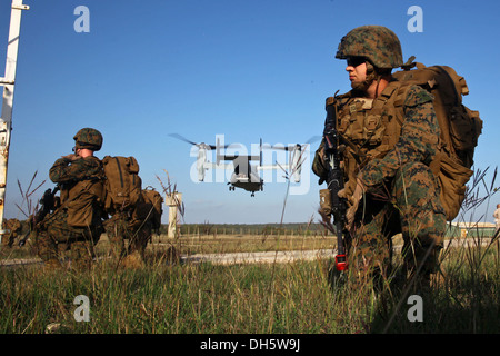 U.S. Marines with Special-Purpose Marine Air-Ground Task Force Crisis Response hold security while an MV-22B Osprey - Stock Photo
