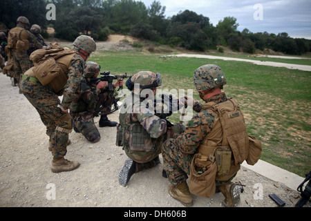Marines with Special-Purpose Marine Air-Ground Task Force Crisis Response show French Legionnaires from the 2nd - Stock Photo