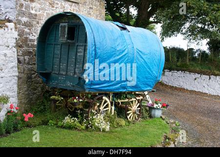 Old wooden travellers caravan in state of disrepair. - Stock Photo