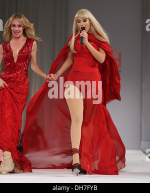 Kaya Jones Style Fashion Week Hosts Go Red For Women Celebrity Red Stock Photo Royalty Free