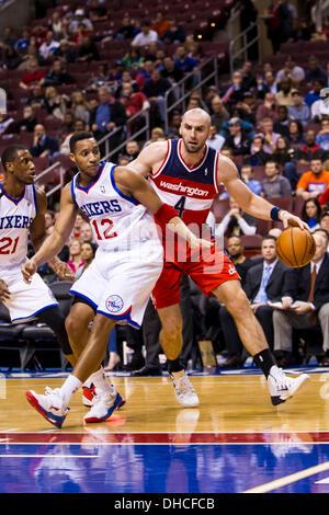 Philadelphia, Pennsylvania, USA. 6th November 2013.  Washington Wizards center Marcin Gortat (4) in action against - Stock Photo