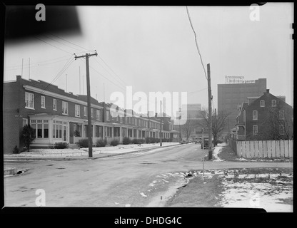 Lancaster, Pennsylvania - Housing. Homes of linoleum workers near plant (plant in distance) - rental $22.00 - $25.00 - Stock Photo
