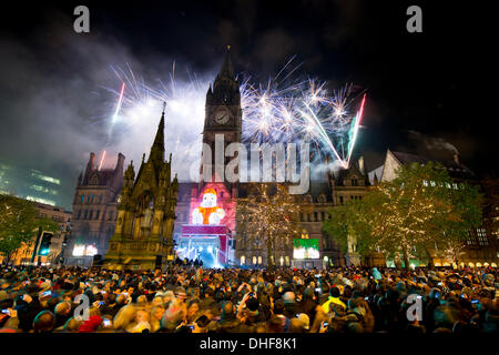 Manchester, UK. 8th November 2013. Revellers flock to Manchester's Albert Square to watch the city's annual Christmas - Stock Photo