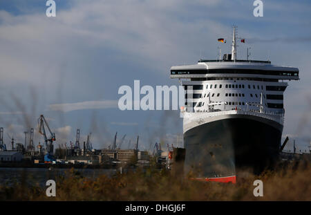 Hamburg, Germany. 10th Nov, 2013. The cruise ship 'Queen Mary 2' is at anchor at the cruise terminal in Hamburg, - Stock Photo