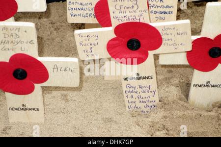 Poppy tributes on war memorial on Islington Green, London - Stock Photo
