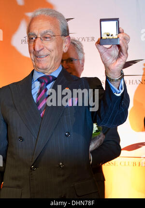 Hanover, Germany. 12th Nov, 2013. Brain surgeon Madjid Samii presents the Leibniz-Ring 2013 award, issued by the - Stock Photo