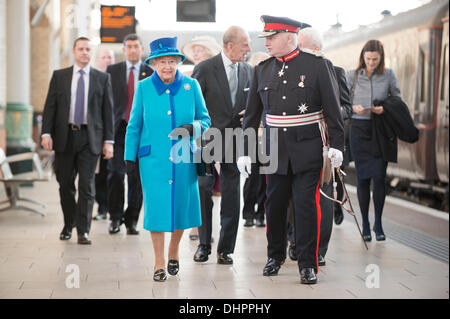 Manchester, UK. 14th November, 2013. Queen Elizabeth II and Prince Philip, Duke of Edinburgh arrive at Piccadilly - Stock Photo