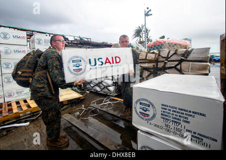US Marines load emergency supplies onto an MV-22 Osprey aircraft in support of Typhoon Haiyan relief efforts November - Stock Photo