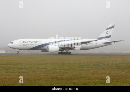 EL AL Israel Airlines Boeing 777-200 taking off on foggy day - Stock Photo