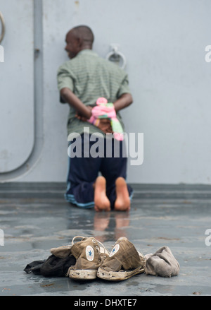 DJIBOUTI, Djibouti (Nov. 14, 2013) - A simulated detainee waits after being searched aboard a target vessel during - Stock Photo