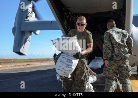 Marines with Marine Medium Tiltrotor Squadron 262, 1st Marine Air Wing, offload relief supplies at Tacloban Air - Stock Photo