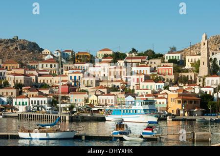 Griechenland, Dodekanes, Insel Chalki, Nimborio, einige der pastellfarbenen Häuser im klassizistischen Stil sind - Stock Photo