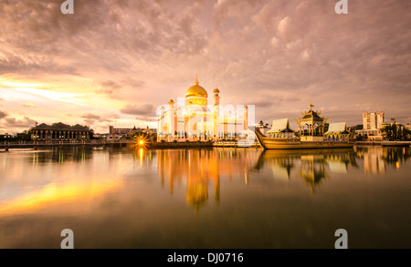 The Sultan Omar Ali Saifuddien Mosque reflected in the gorgeous evening light - Stock Photo