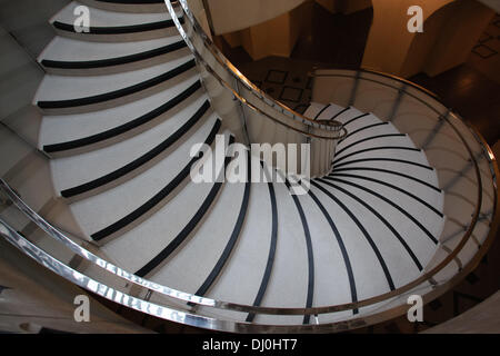 London, UK. 18th November 2013. The striking new spiral staircase sweeping down from the main entrance area to the - Stock Photo