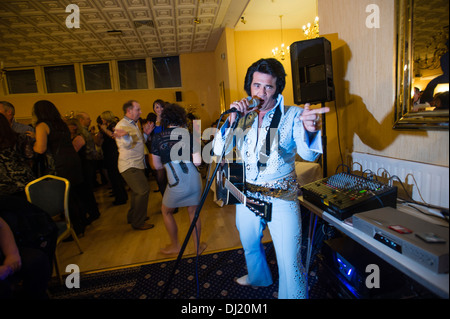 Darren Graceland Jones, performing at an Elvis Presley tribute night, Marine Hotel Aberystwyth, UK - Stock Photo