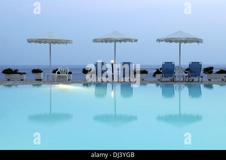 Sonnenschirme am Swimming Pool - Stock Photo