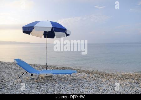 sonnenschirm und liegestuhl am strand insel phuket thailand stockfoto lizenzfreies bild. Black Bedroom Furniture Sets. Home Design Ideas