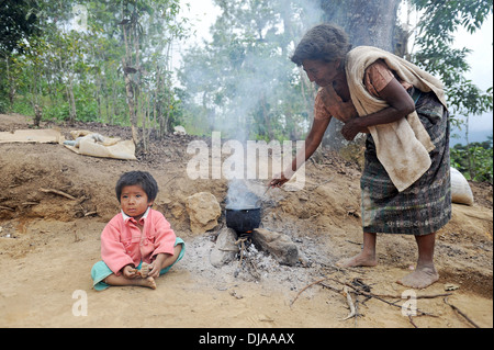 Guatemala mayan indigenous family cooks on open fire in Aqua Escondida, Solola, Guatemala. - Stock Photo