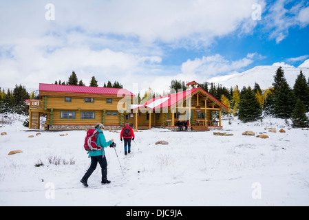 Hikers return to Mount Assiniboine Lodge, Mount Assiniboine Provincial Park, British Columbia, Canada Stock Photo